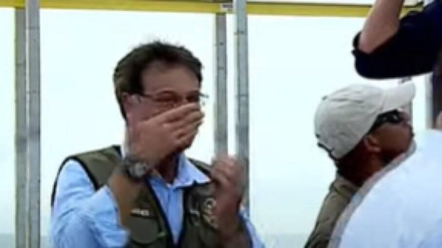Ministro foi flagrado passando álcool em gel no nariz e na boca