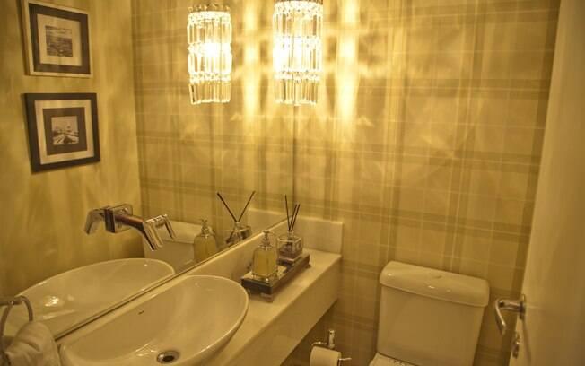 Espelho de uma extremidade à outra da parede e estampa geométrica dão sensação de um lavabo maior. De Fabrício Forg