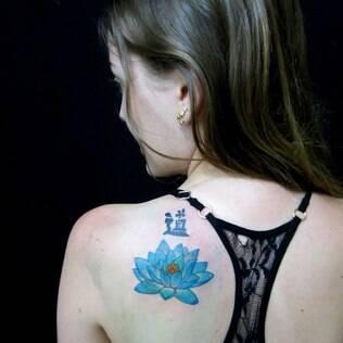 Tatuagens coloridas ficam mais visíveis  em peles claras. Tatuagem feita por Cláudia Tostes