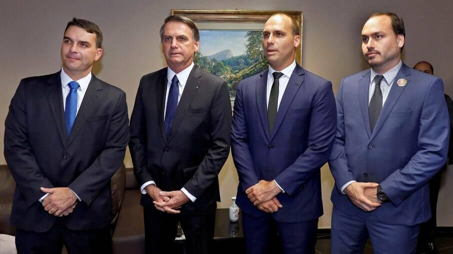 Alvos de investigações, integrantes do clã Bolsonaro contam com 'blindagem'