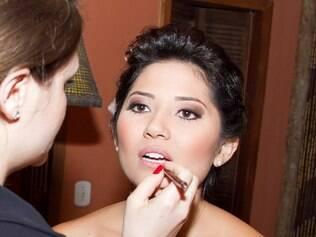 Karina Bastos maquiando uma noiva: cores devem ser escolhidas com parcimônia
