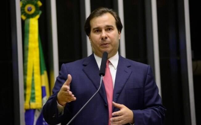Em reunião, Bolsonaro insinuou que Maia se aliou à esquerda ao entregar comando do texto da MP trabalhista a deputado do PCdoB