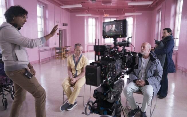 M. Night Shyamalan orienta Bruce Willis e James McAvoy nos bastidores de Vidro