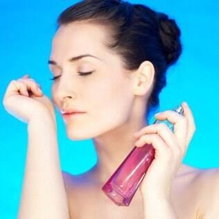 Escolher com sabedoria os pontos onde aplicar o perfume é ainda mais importante nos dias quentes