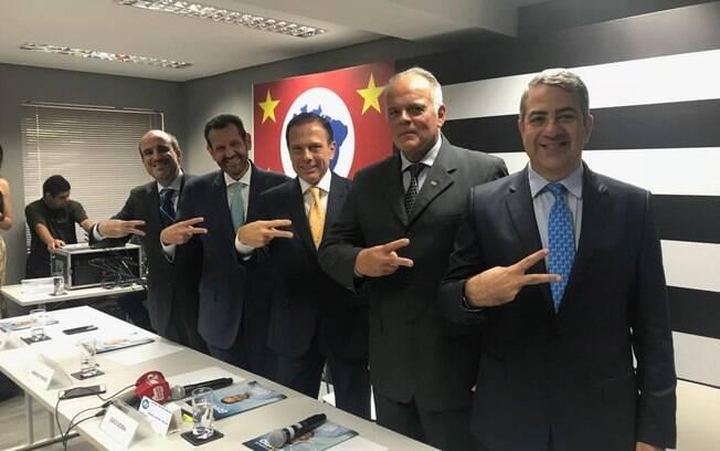 João Doria posa ao lado de seus novos futuros secretários no Governo de São Paulo