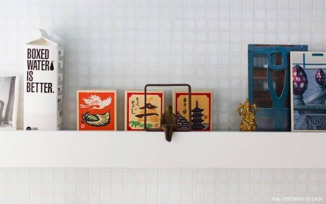 Caixinhas de viagem e outros objetos da memória podem ser expostos de um jeito simples, apenas apoiados, colorindo a casa e mostrando o que você gosta