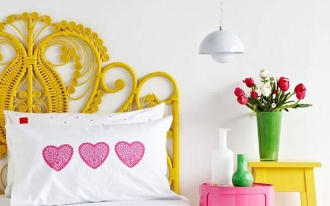 Combinação colorida e ousada na solução desse quarto. A cabeceira  em fibra natural ilumina com esse tom de amarelo