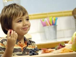 Abra os olhos para a apresentação do prato e feche-os para a sujeira: pequenas atitudes para a criança comer melhor
