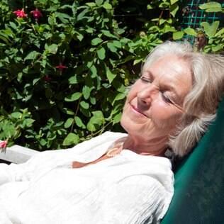 Idosos têm mais dificuldade em absorver vitamina D vinda da luz do sol porque a pele fica mais fina na terceira idade