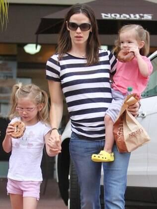 Jennifer Garner com as filhas Violet e Seraphina