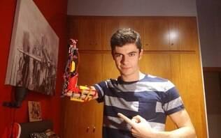 Jovem que nasceu sem parte do braço constrói prótese funcional com peças de Lego
