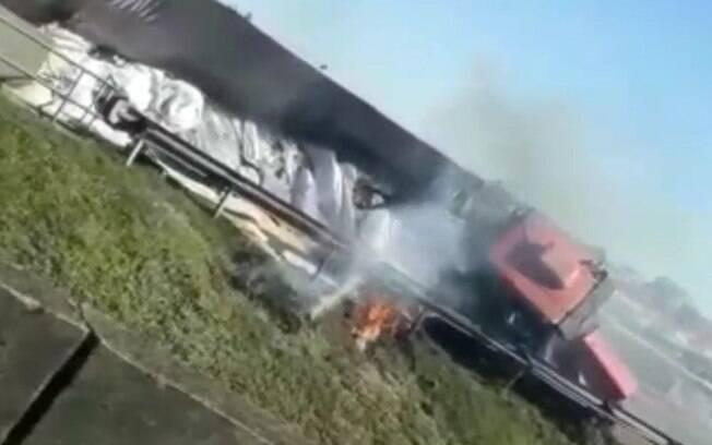 Caminhão tomba na Anhanguera e interdita via em Sumaré
