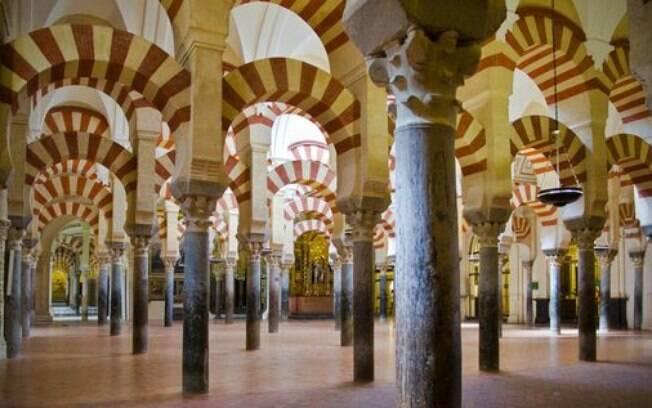 O mais marcante da Mesquita de Córdoba são seus pilares com listras vermelhas e brancas, favoritos dos turistas