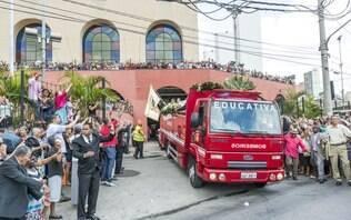 Corpo de fundador da Igreja Deus é Amor é transportado em carro de bombeiros - São Paulo - iG