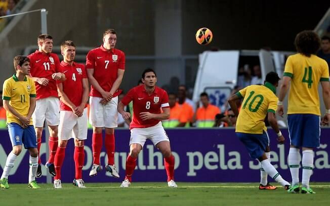 Neymar cobra falta no amistoso entre Brasil e  Inglaterra