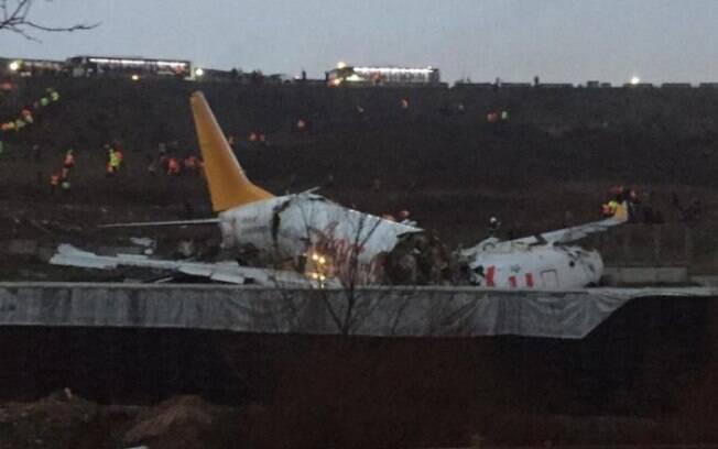 Avião partido no aeroporto de Istambul
