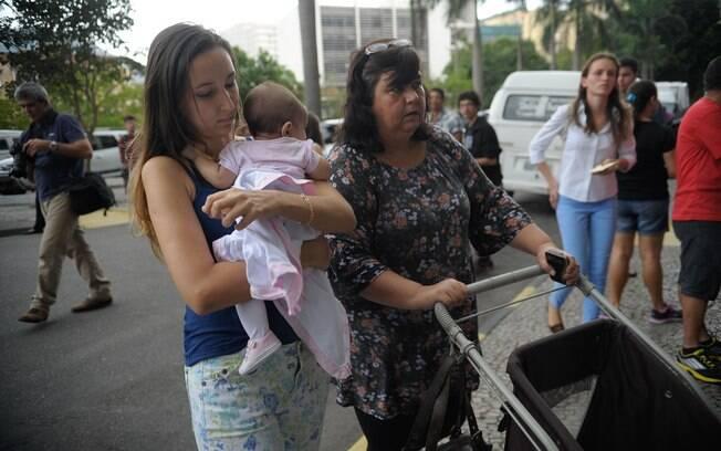 Candidata chega com filho à prova do Enem no Rio de Janeiro. Foto: Fotos Públicas