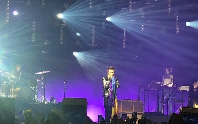 Harry Styles abraça a ideia da plateia e exibe bandeira LGBT durante performance de Sign of Times
