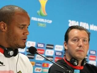 O zagueiro e capitão Kompany concedeu entrevista coletiva no Mineirão ao lado do técnico Marc Wilmots