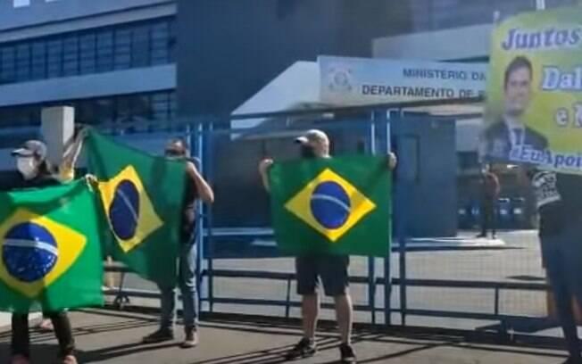 Ato em frente à Polícia Federal em Curitiba tem apoiadores de Bolsonaro e também de Moro