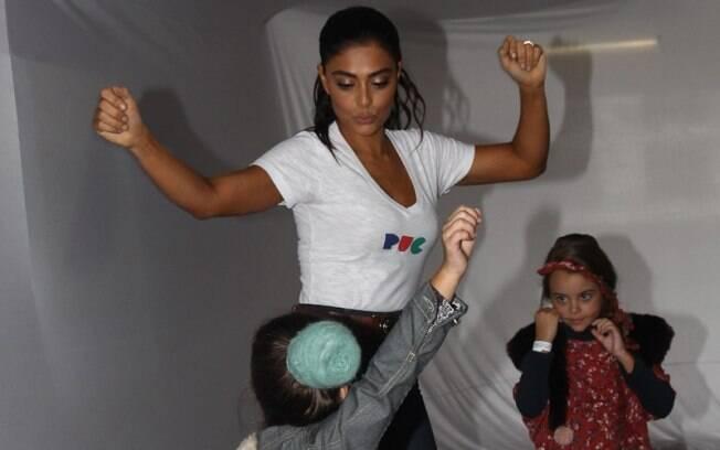 Juliana Paes brincou com as crianças nos bastidores do evento