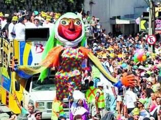 Aos 25 anos, desfile do Bloco das Carmelitas voltou a reunir milhares no Rio