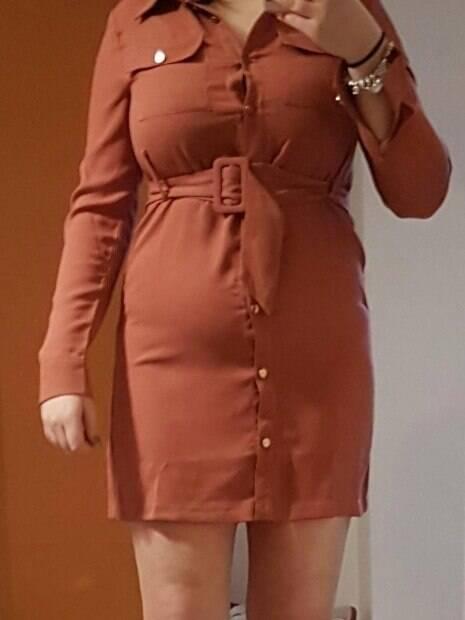 Em suas compras online, Holy ainda teve que lidar com esse vestido acinturado bem em cima de seus seios