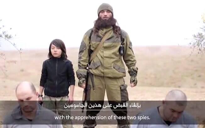 Em vídeo do EI, criança aparece atirando em refém