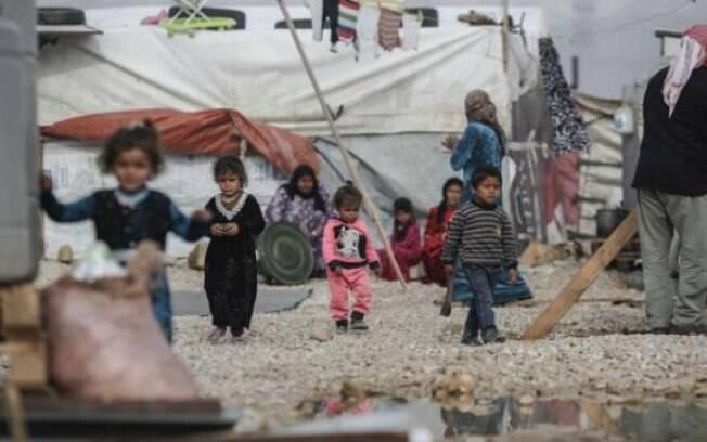 Meninos refugiados sírios em acampamento no Líbano; crianças representam metade do total dos refugiados do mundo