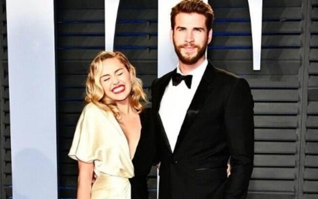 Para não deixar o relacionamento esfriar, Miley Cyrus conta que se aproveita do sexo virtual para driblar a distância