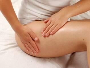 Movimentos circulares e drenagem ajudam a melhorar o aspecto da pele