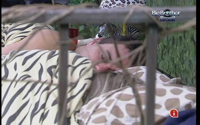 Rafa e Renata ficam agarradinhos no Quarto Selva
