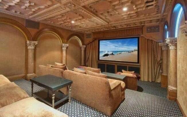 Residência do astro do Lakers tem até uma  mini sala de cinema