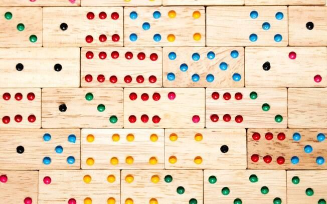 Jogue um dominó e esqueça a praia com chuva.