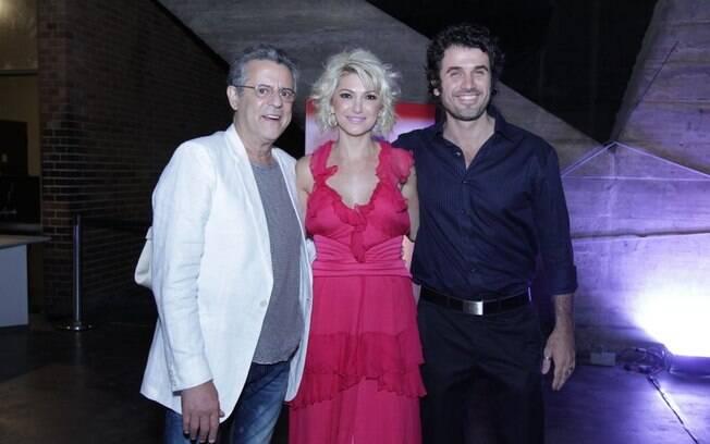 Eriberto Leão posa ao lado de Marcos Paulo e Antônia Fontenelle