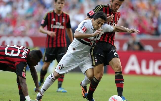 Aloísio sofre com a marcação do Milan em jogo  pela Copa Audi
