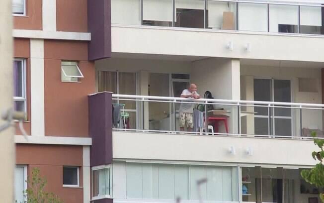 Queiroz em sacada de apartamento no Rio
