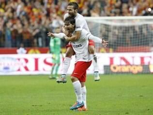 Maxwell marcou belo gol de cobertura e ajudou o PSG a vencer o jogo