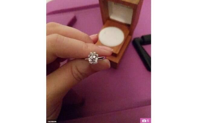 A mulher ficou indignada ao receber um anel de noivado em formato de pata de cachorro e desabafou na internet