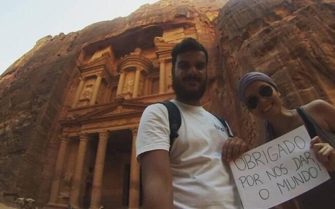 O casal tirava fotos com plaquinhas para os pais saberem onde eles estavam
