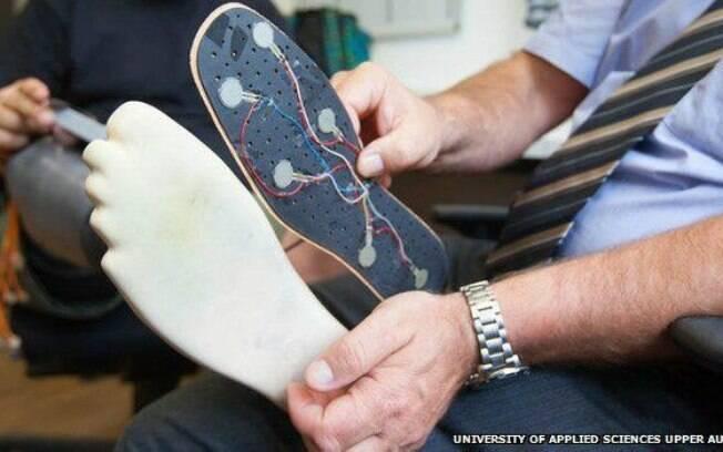 Sensores aplicados à base do pé artificial transmitem informações para nervos do paciente