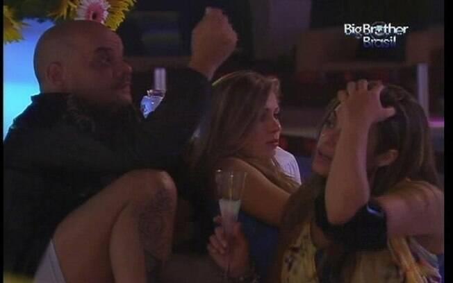Monique desabafa com João Carvalho