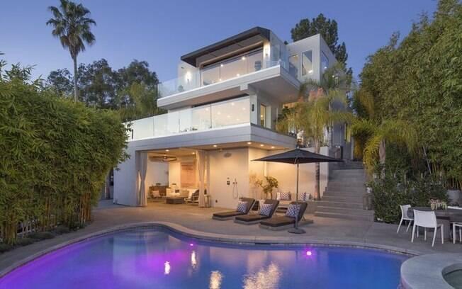 A casa de Harry Styles tem múltiplos andares e vista tanto para o centro de Los Angeles quanto para o Oceano Pacífico
