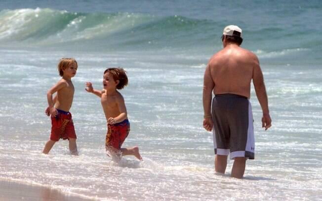 Acompanhdados de seguranças, filhos de Britney Spears, Sean Preston e Jayden James, se divertiram no mar de Ipanema, Rio de Janeiro