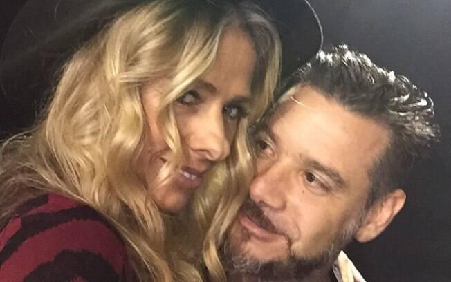 Adriane Galisteu com o marido, o empresário Alexandre Iódice, nos bastidores no SPFW