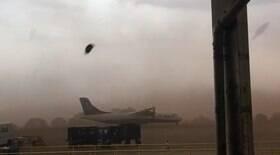 Tempestade de areia arrasta avião em Ribeirão Preto