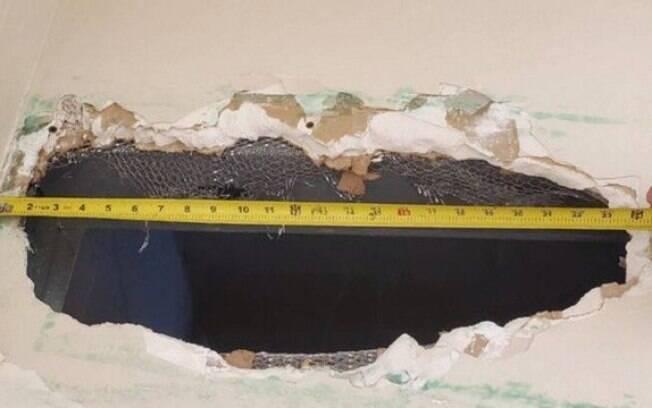 Buraco foi aberto em banheiro que não era vistoriado pelos policiais