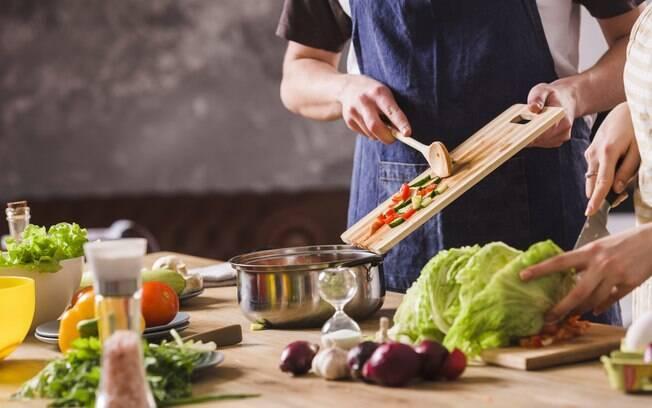 O mise en place é um processo que auxilia na otimização do tempo na cozinha