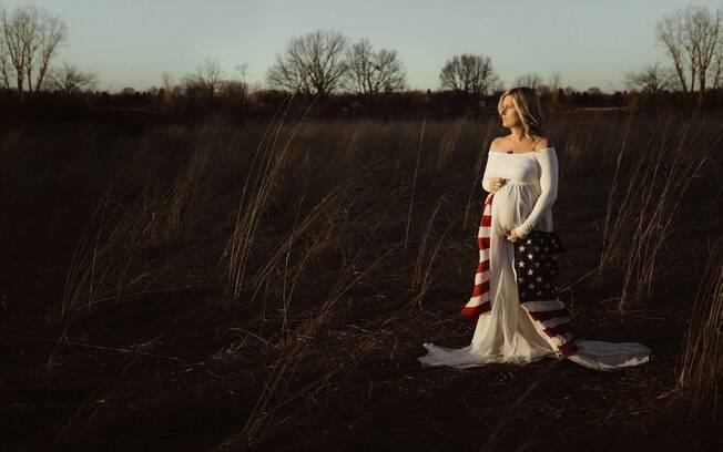 No ensaio fotográfico, Ryan Lohrey também foi lembrado pela bandeira dos Estados Unidos que Cassie Coaster carregou