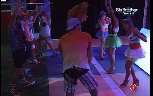 Ursinho dança com os brothers na pista da Festa Amarelinha